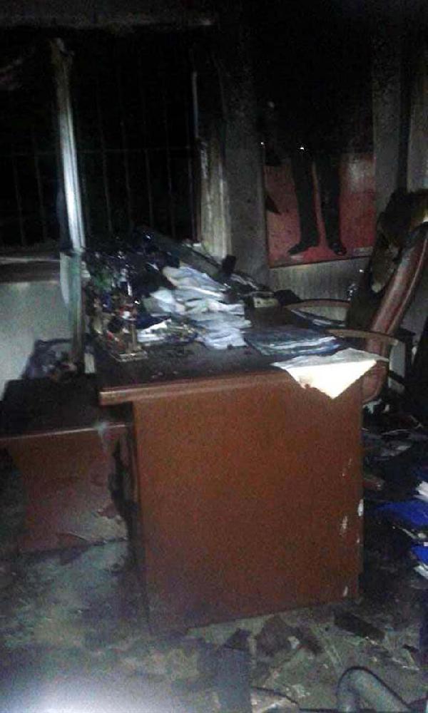 Tarsus'ta muhtarlık binası kundaklandı