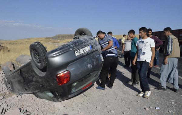 Siverek'te otomobil devrildi: 2 yaralı