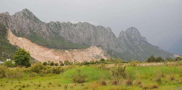 Taş ocakları Üzümcek Dağı'nı yok ediyor