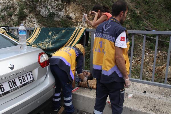 Minibüs, karşı şeride geçip otomobile çarptı: 5 yaralı