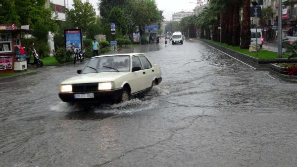 Sağanak yağmur Çanakkalelilere zor anlar yaşattı