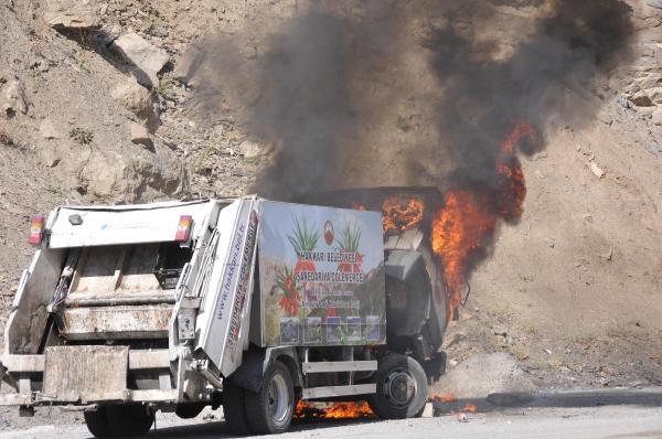 Hakkari Belediyesi'nin çöp kamyonu yandı