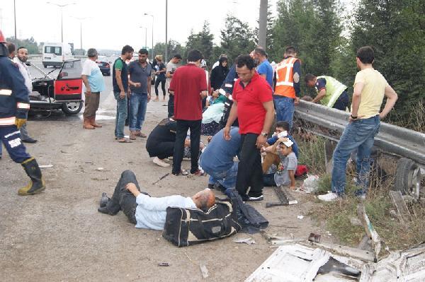 TEM'de bariyerlere çarpan otomobildekiler yola savruldu: 7 yaralı