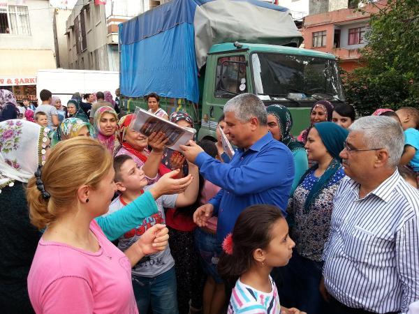 MHP'li vekilin kırtasiye dağıttı çocuklar 'bozkurt' işareti yaptı