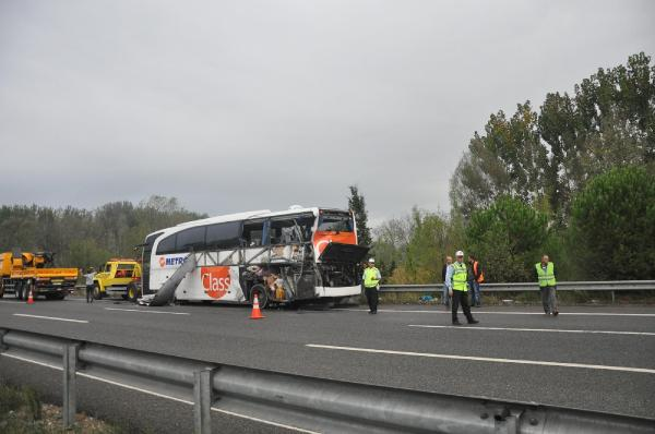 Kamyon, arıza şeridindeki otobüse çarptı: 2 ölü, 4 yaralı