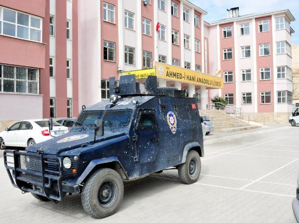 Van'da PKK'lılar okula gece bomba attı