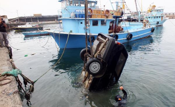 Otomobil denize düştü, 3 kişi kurtuldu