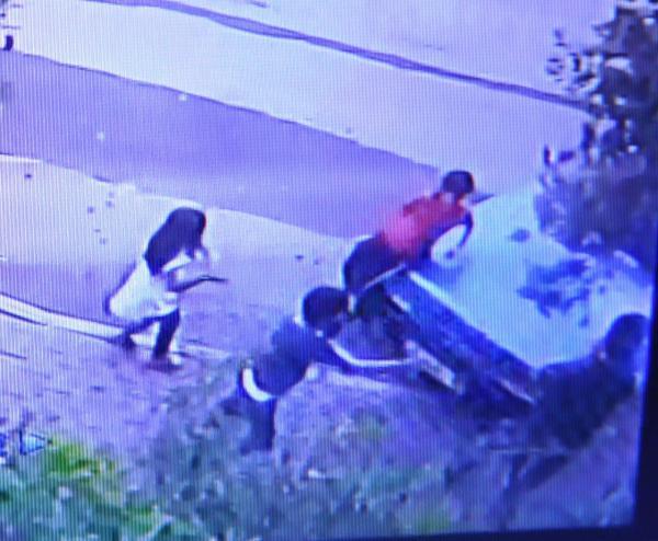 Çocuk sürücü izinsiz aldığı otomobille kaldırımdaki çocukları ezdi