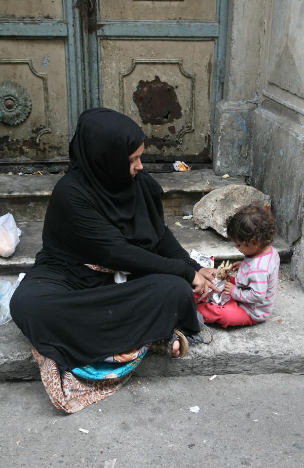 Basmane 'mülteci yatakhanesi' oldu