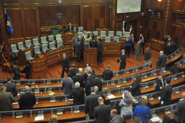 Kosova'da muhalefet partileri meclis kürsüsünü işgal etti