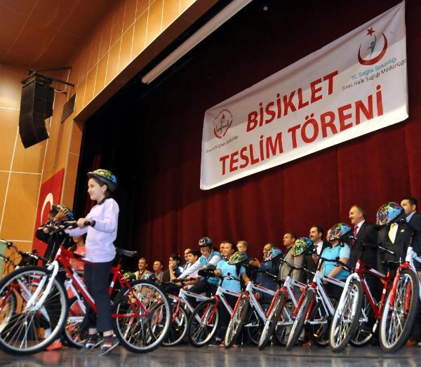 Sivas'ta, obeziteye karşı öğrenciler için bisiklet dağıtıldı