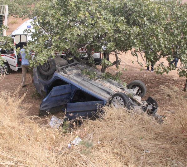 Şanlıurfa'da otomobil şarampole devrildi: 2 yaralı