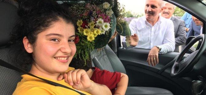 Vali, gurbetçileri çiçeklerle karşıladı
