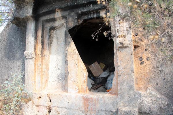 2 bin 400 yıllık kaya mezarlar depo oldu