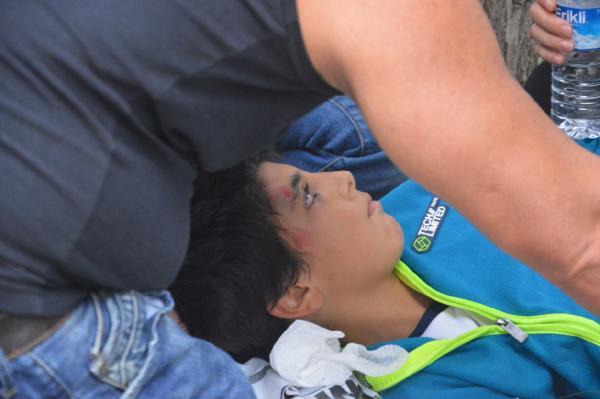 Trafiğe kapalı yolda çarptığı minik futbolcunun bacağını kırdı