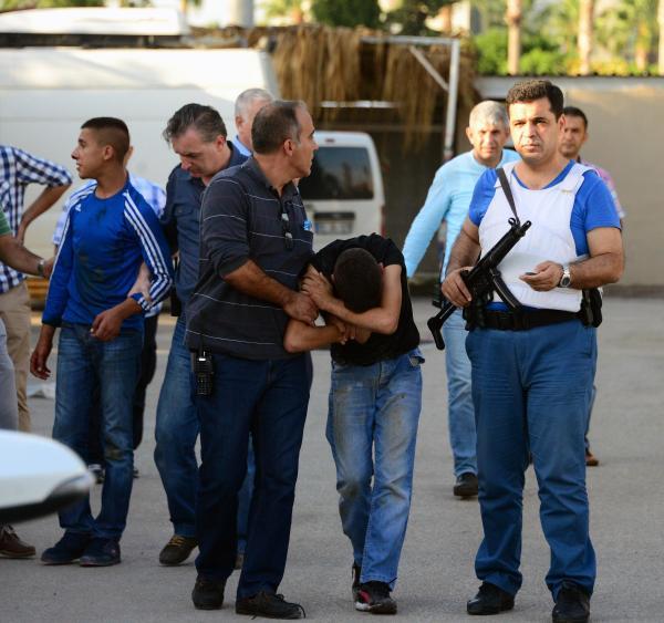 Emniyet Müdürlüğü'nün ek hizmet binasının önünde çatıştılar: 2 yaralı