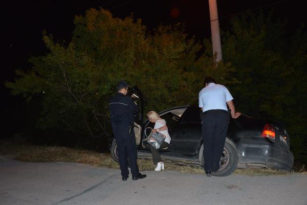 Otomobiliyle şarampolde mahsur kalan sürücüyü polis ekipleri kurtardı