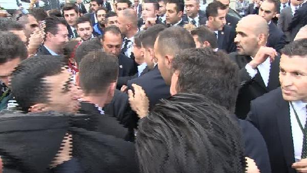 Başbakan Davutoglu, Almanya'da salon çıkışında kalabalığın arasında kaldı