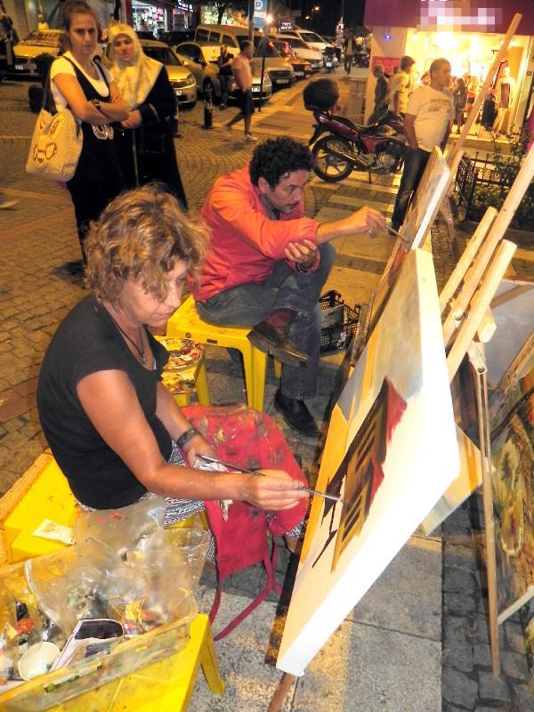 'Özgür ressamların' resmi sokakta yayma çabası
