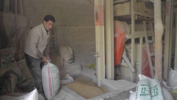 Köylülerin buğdayını değirmende öğütüyorlar