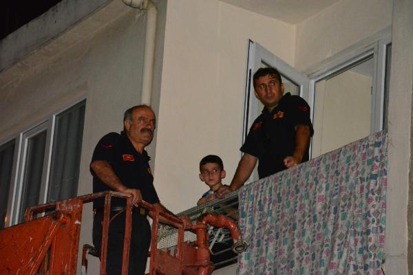 Evde kilitli 6 yaşındaki Bertan, kardeşinin burnundan kan geldiğini görünce 112 Acil servisi aradı
