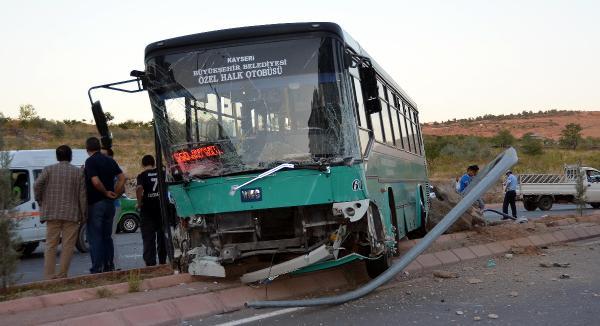 İşçileri taşıyan kamyonet otobüsle çarpıştı: 7 yaralı
