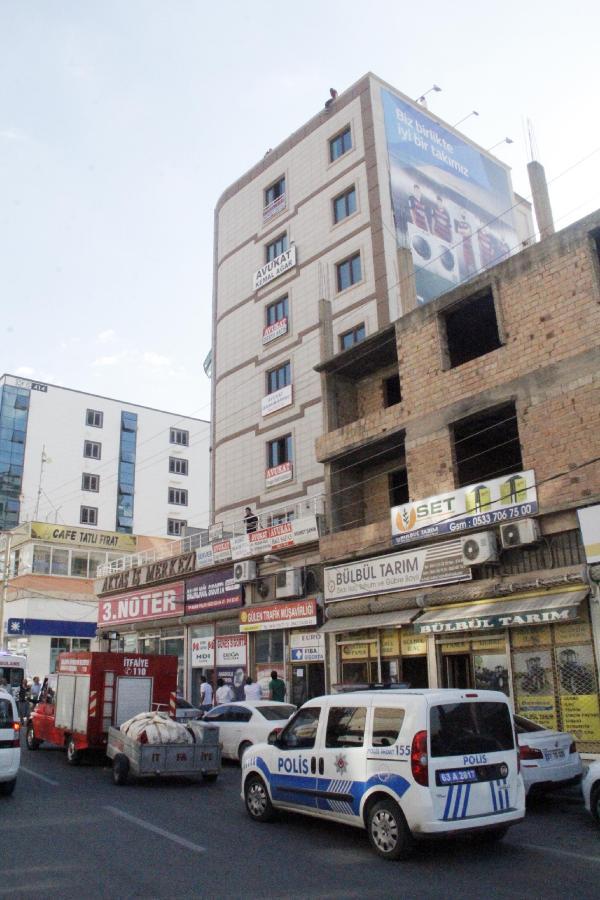 Çatıda intihara kalkışan genç kızı polisler kurtardı
