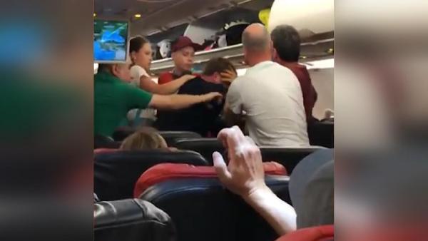 THY uçağında yolcular birbirine girdi