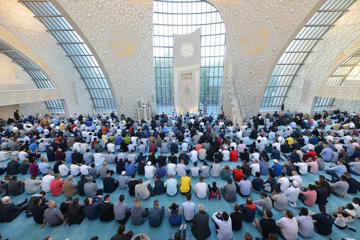 Köln Merkez Camii'nde bayram coşkusu
