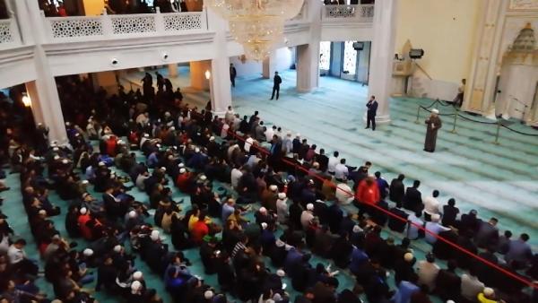 Moskova'da Müslümanlar camilere akın etti