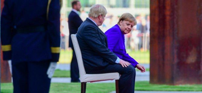 Merkel, milli marşları da sandalyede dinledi