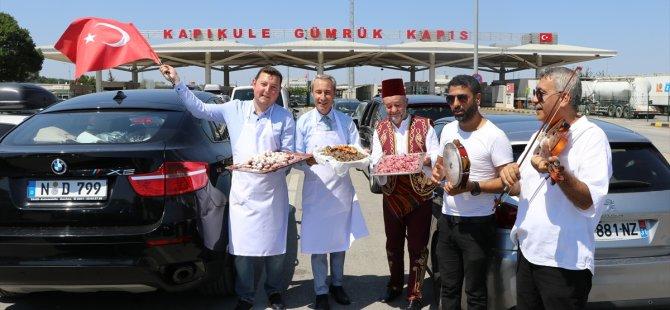 Esnaf gurbetçileri türkülerle uğurladı
