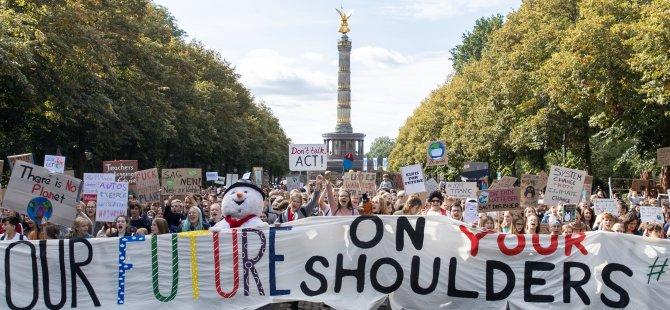 Almanya'da öğrenciler sokağa döküldü