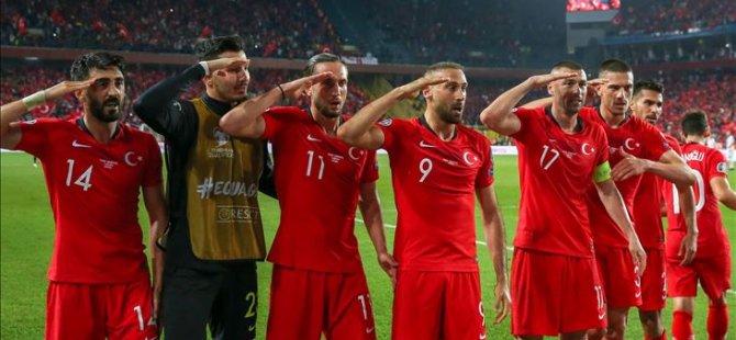 Almanya'da kulüplere 'asker selamı' uyarısı