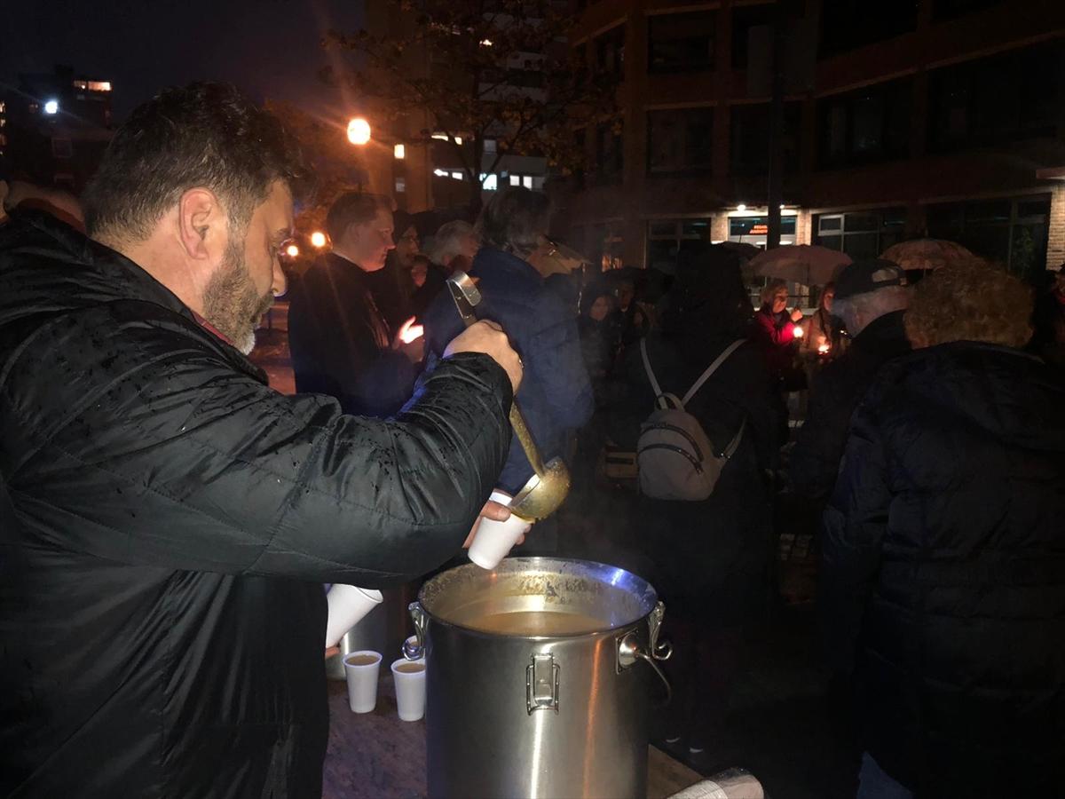 Köln'de cami cemaati sokakta çorba dağıttı