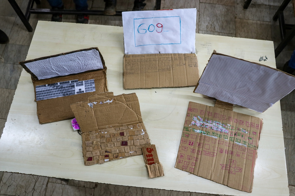 Diyarbakır'da kartonla bilgisayar dersi