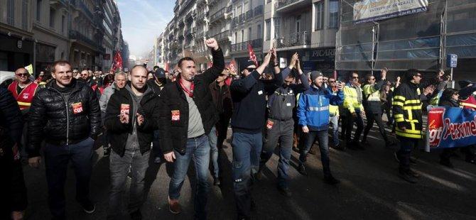 Fransızlar yeniden sokaklarda