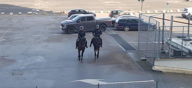 Atlı polisler korona denetimine çıktı