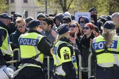 İsveçliler mültecilere karşı silahlandı