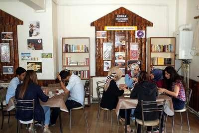 Üniversiteliler kahvehaneye kütüphane kurdu