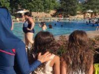 Havuza haşema ile gelen kadın dışarı çıkarıldı