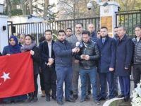 UETD Belçika Rusya Büyükelçiliği önüne çiçek bıraktı