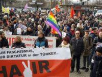 Binali Yıldırım Almanya'da protesto edildi