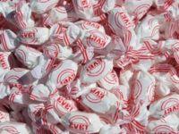 Camide cemaate 'evet' şekeri dağıtıldı