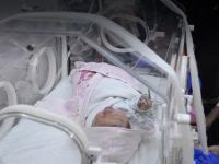 Poşetle sokağa atılan bebek yaşıyor
