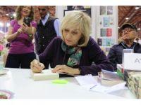 Ayşe Kulin kitaplarını imzaladı