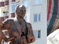 Atatürk anıtına çekiçli saldırı