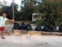 Fransız çift Antalya plajını temizledi