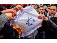Almanya'da Gerçekleşen Kudüs Gösterilerinde İsrail Bayrağı Yakıldı