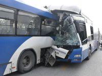 2 belediye otobüsü çarpıştı: 1 ölü, 16 yaralı